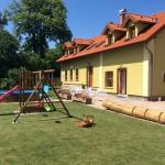 Dům č.35 v Brdě, houpačky a bazén